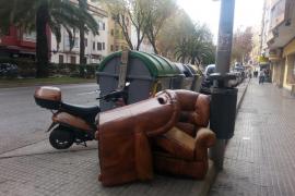 Emaya impone 12 multas en una semana por abandono de trastos en la calle