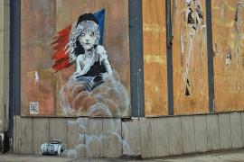 Aparece un mural crítico de Banksy ante la embajada francesa en Londres