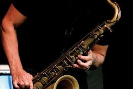 El saxofonista Norbert Fimpel toca en el Mercado San Juan