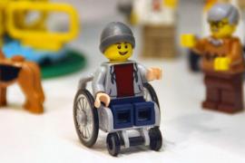 El primer muñeco de Lego en silla de ruedas