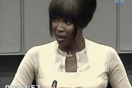 """Naomi Campbell dice que sólo recibió diamantes """"pequeños y sucios"""""""
