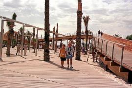 Adiós a la resbaladiza madera en el tramo norte del Paseo Marítimo de Alcúdia