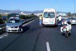 Un conductor que iba en sentido contrario provoca un accidente en la autopista del aeropuerto