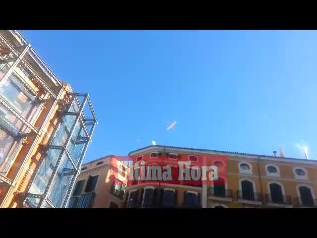 El vuelo de un avión a ras de los edificios de Palma  provoca asombro y desconcierto