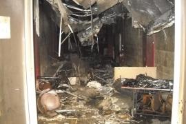 Los bomberos quedaron desorientados en el bar incendiado tras desplomarse el falso techo