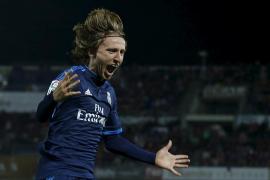 El Real Madrid mantiene viva su pelea por la Liga gracias a un golazo de Modric