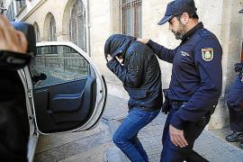 Este jueves trasladan a la Península a los primeros policías de la trama