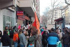 Concentración frente a una oficina de Bankia por una vivienda digna