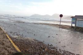 El mar 'opina' sobre el chiringuito en la playa de Son Serra de Marina