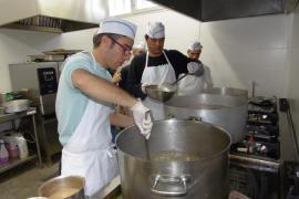 El chef Toni Sitges cocina arroz brut  para más de 100 comensales de Proyecto Hombre