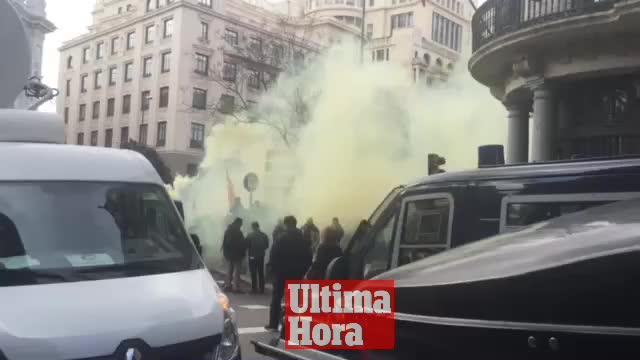 Taxistas cortan el centro de Madrid para pedir la regularización del sector con lanzamiento de bengalas y huevos