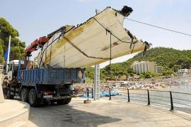Una empresa alemana saca una lancha del mar en Camp de Mar sin permiso