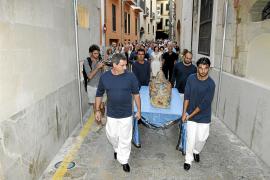 La Mare de Déu d'Agost flota en las aguas del Mediterráneo en Can Weyler