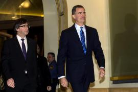 El Rey, en su primer saludo con Puigdemont, llama a «trabajar juntos»