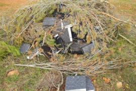 Encuentran bajo unas ramas de pino junto a la carretera vieja documentos del Ajuntament de Bunyola