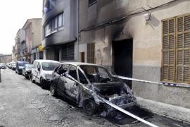 Alarma en Manacor por un pirómano que quemó siete coches y dos motos en una noche