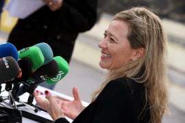 Una diputada de Podemos increpa a un empleado por no abrirle la sala de autoridades del aeropuerto