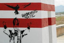 Los enmascarados anuncian la suelta de patos vivos pintando una torre catalogada