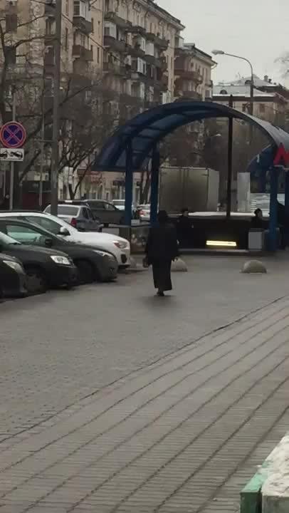 Una mujer se pasea por Moscú con la cabeza de una niña decapitada en la mano