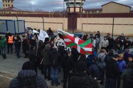 Unas 200 personas esperan la salida de Otegi de la cárcel de Logroño
