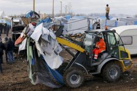 Inmigrantes del campo de Calais se enfrentan a la policía