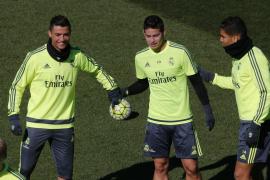 Cristiano Ronaldo (i) James Rodríguez (c) y Casemiro