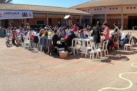 Los padres reivindican con una sardinada el nuevo colegio de Campos