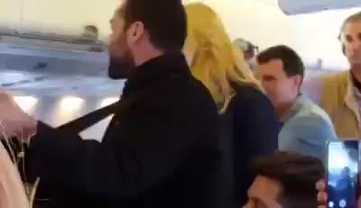 Carolina Cerezuela y Jaime Anglada  sorprenden a los pasajeros de Air Europa