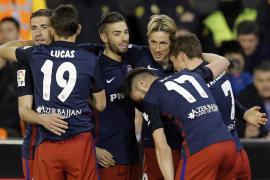 El Atlético no pierde la estela del Barça tras ganar en Mestalla