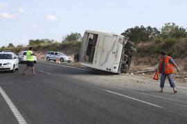 Un minibús sin  pasajeros vuelca en la carretera Llucmajor-Campos