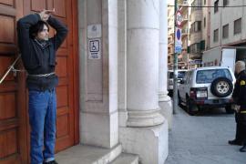 Un hombre se encadena en los juzgados de Palma por una multa de 1.200 euros
