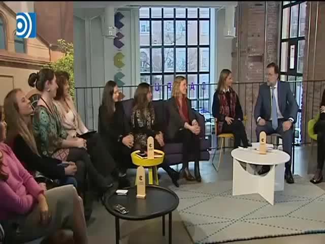Rajoy da que hablar con las máquinas en el Día de la Mujer