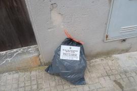 Pegatinas para los residuos sacados de forma incorrecta en Capdepera