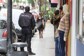 Un joven da un cabezazo a un bebé para robar el móvil a su madre en Palma