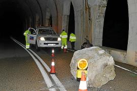 Cae una gran piedra y corta un carril de la carretera de Andratx a Estellencs