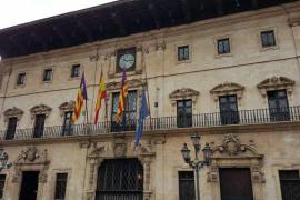 Palma y otros municipios bajan la bandera de la UE para protestar por el acuerdo con Turquía por los refugiados