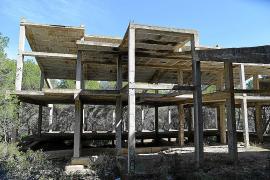 El antiguo casino de Calvià: una mole de hormigón y basura en el pinar