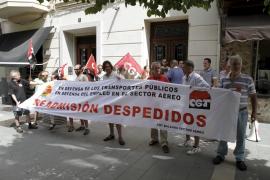 Miembros de la CGT se concentran  para exigir la readmisión de dos trabajadores de Acciona
