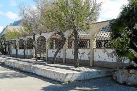 El camping de la Colònia de Sant Pere sigue en pie tras una década de la orden de demolición