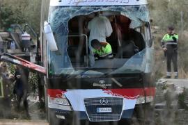 Agentes de los Mossos d'Esquadra en el interior del autocar.