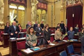 El Parlament guarda un minuto de silencio por las víctimas de los atentados en Bruselas