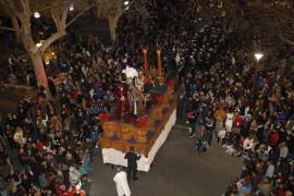Miles de palmesanos se echaron a la calle para acompañar al Crist de la Sang