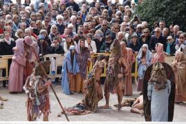 El realismo del 'Via Crucis' llena de pasión las escalinata de la Seu