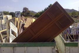 Vecinos de Artà denuncian que muebles de la casa señorial de Can Solivelles están en la basura