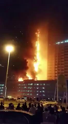 Al menos doce heridos en un gran incendio de un rascacielos en Emiratos Árabes