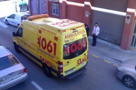 Una conductora pierde los nervios al impedirle una ambulancia acceder a su párking en Palma