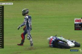 Lorenzo se cae en una accidentada carrera que gana Márquez