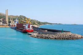 Alcúdia batalla para impedir el impacto turístico que causa la chatarra en su puerto