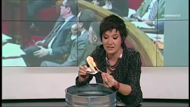 Empar Moliner quema un ejemplar de la Constitución durante un programa de TV3