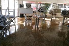 Imagen de la cafetería afectada por la rotura de una tubería en la calle Manacor de Palma